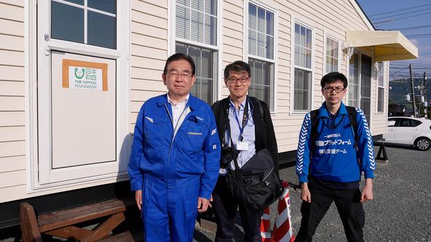 熊本地震益城町でのトレーラーハウスの前で2016年4月29日