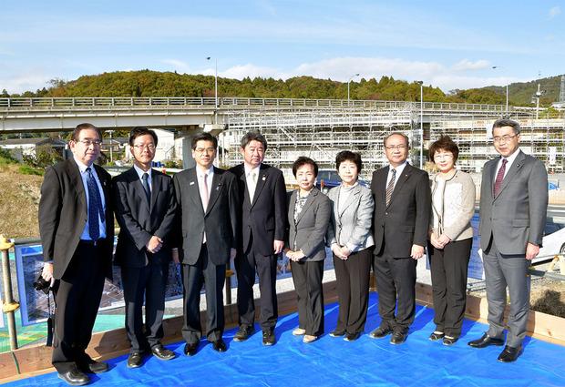 石井啓一国交大臣と公明党議員団(2018年11月)