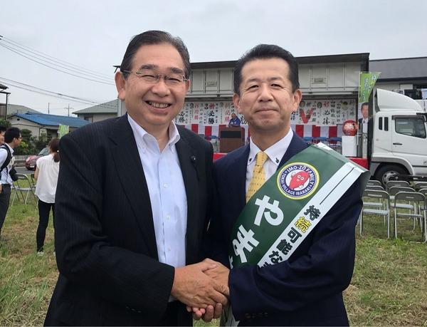 山田おさむ村長(右)と井手よしひろ県議