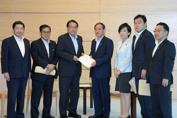 菅官房長官(中央)に提言を手渡す石田政調会長(左隣)ら