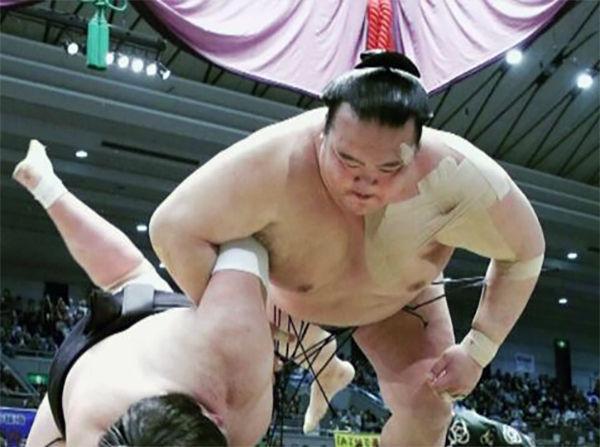 稀勢の里の勝利の瞬間<NHKホームページより>