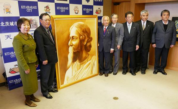 北茨城市役所でタゴールの肖像画の贈呈式