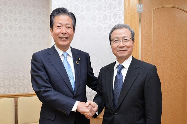 程大使(右)と握手を交わす山口代表
