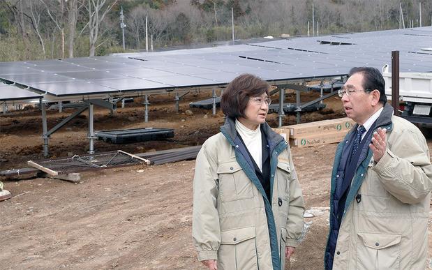 筑波山麓の太陽光発電施設を視察する井手県議と田村県議