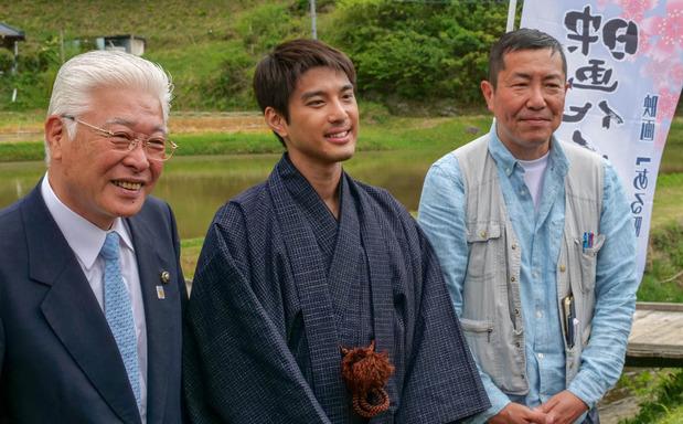 左から小川春樹日立市長、主役の井手麻渡、松村克弥監督