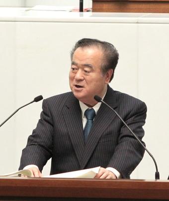 答弁する橋本県知事
