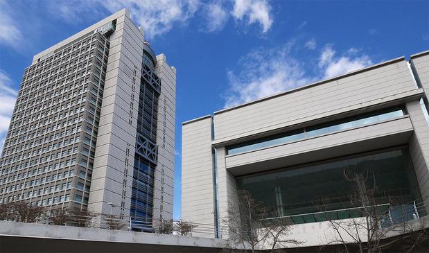 茨城県議会(手前)と茨城県庁