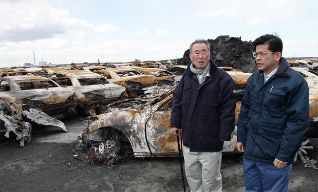 東日本大震災の被災現場で(樫村さんと石井啓一衆議院議員)