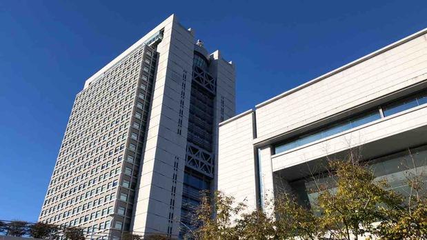 茨城県議会(手前)と県庁