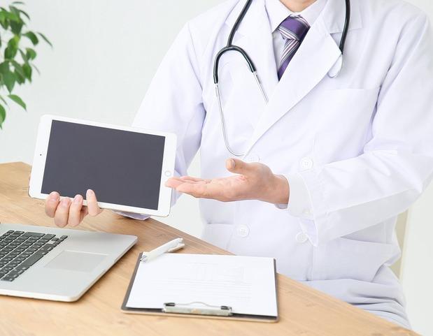 医師とタブレット