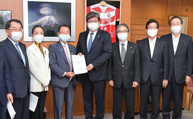 25日には超党派議連の一員として、萩生田光一文科相に支援を要請。
