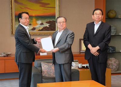 橋本知事からの要望書を受け取る長沢副大臣