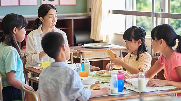 小学校の給食のイメージ
