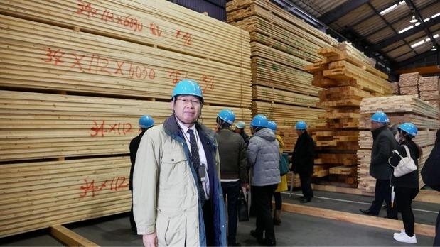 銘建工業の本社工場を視察する井手よしひろ県議