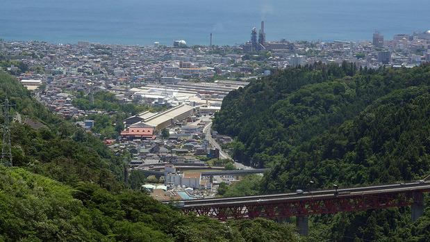 大煙突の麓から日立市を眺望する