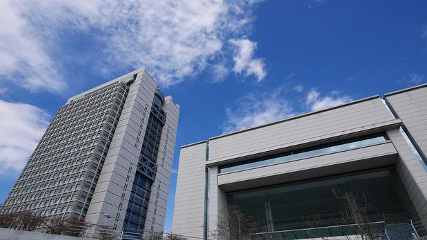 茨城県庁と県議会(右)