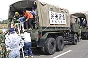 住民を自衛隊の車両で避難所へ移動