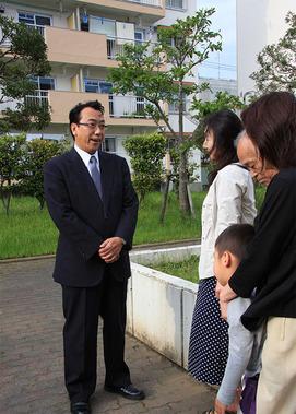 UR賃貸の公営住宅で住民と対話する公明党長沢参議院議員