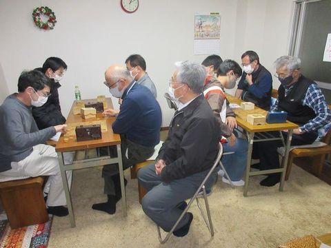 �15度目の優勝を飾った竹野学三段(手前左から2人目)(50)