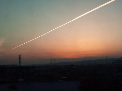 新幹線からの夕陽と飛行機雲