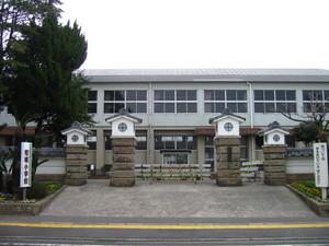 姶良市立柁城小学校正門