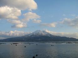 2011年新年姶良市から見える桜島と波穏やかな錦江湾