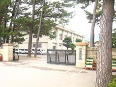姶良市立重富中学校校門から見える校舎