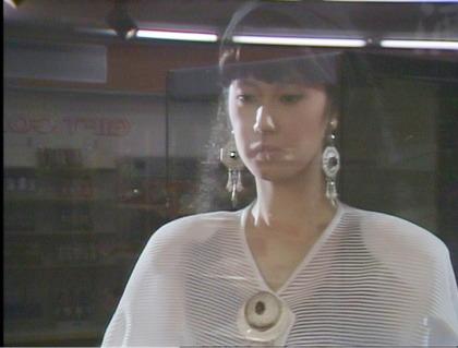 突然、店に美しい女性が現れる