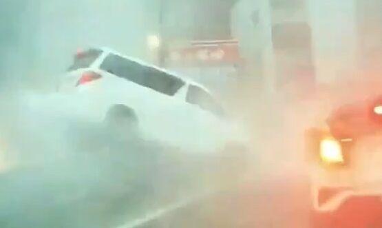 走行中の車が突然白い霧に包まれ吹き飛ばされる動画が怖すぎる!一体何が起こったんだ!?