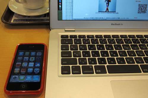 iPhone & MacBook Air in Cafe 3