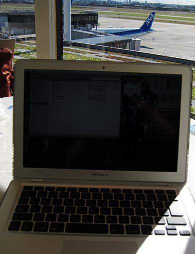 MacBook Air at the cafe in Itami Airport 4F