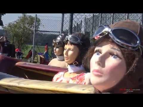 女性フィギュア複葉機