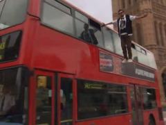 ダイナモがロンドン二階建てバスで浮遊術