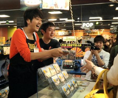 北川悠仁 岩沢厚治 ゆずが大阪のレコード店で1日アルバイト
