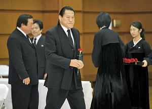 金息子をビンタ 猪木氏、黒マフラーで朝鮮総連を弔問