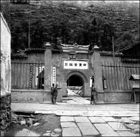 【中国】 チベット族 美しい民族衣装 絶滅 共産党 b