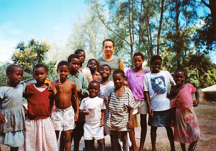 首都から600km離れたベイラ駐屯地近くの子供たちと