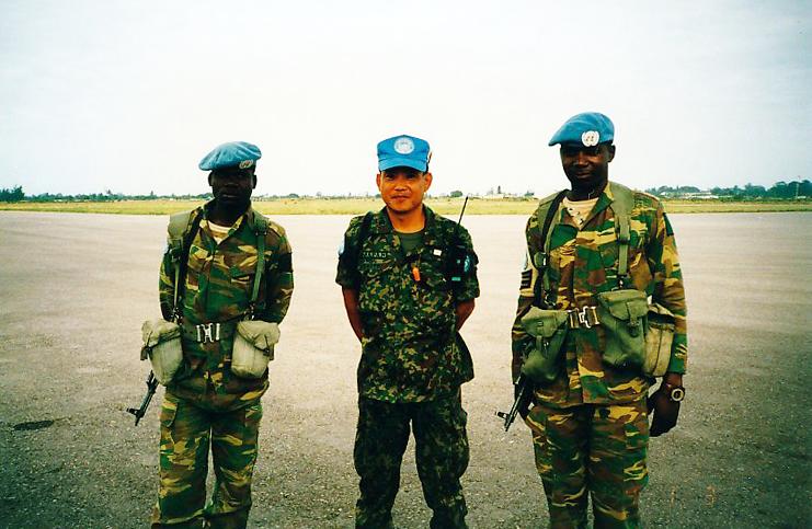首都マプト空港で警備のザンビア兵と
