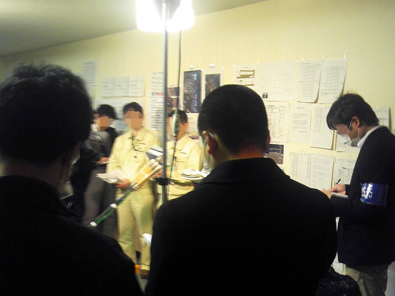 福島県庁廊下での記者会見【修正】