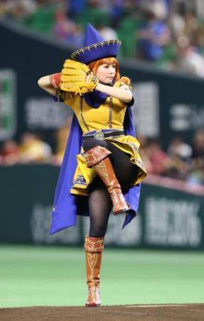 中川翔子「アリーナ」コスプレ始球式 剛速球のはずが…無念ゴロ