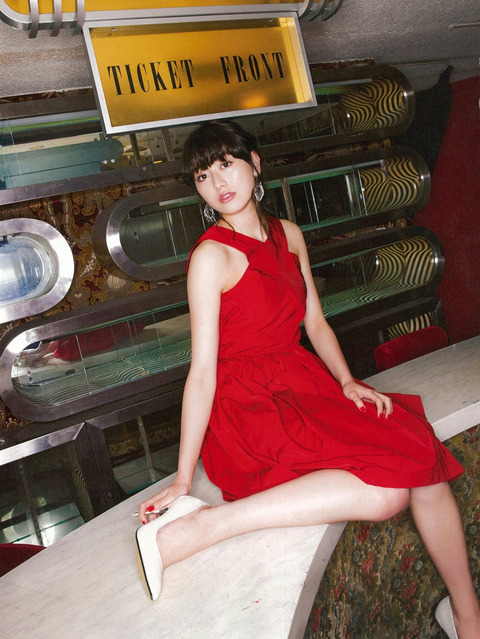 真っ赤なドレスをセクシーに着こなす守屋茜の画像