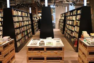 入場料1500円の本屋がオープン 検索機なし、50音順に並べず「あえてバラバラに並べることで偶発的な本との出会い」