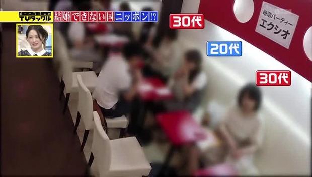 【画像】 婚活パーティーに参加した30代女性、誰にも話しかけてもらえず…男は全員20代女性の元へ