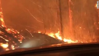 【動画】 米女性、車で山火事のど真ん中に突入してしまう → 動画をアップ