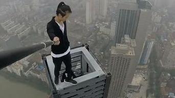 中国人「俺、この62階建てビルの屋上で懸垂に成功したらプロポーズするんだ」→転落死