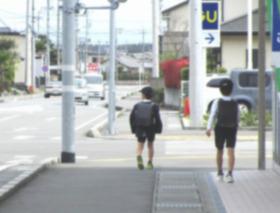 【大阪】 自転車に乗った男が下校中の児童の名前を呼び「暑いから気をつけや」と声をかけ→通報される