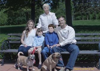 【画像】 思い出の家族写真を写真家に頼んだらとんでもない仕上がりになり家族激怒 ネットで「レゴ家族」と話題に