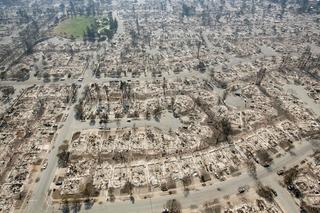 【画像】 カリフォルニア州史上最悪の山火事 住宅街全焼失、400人が行方不明