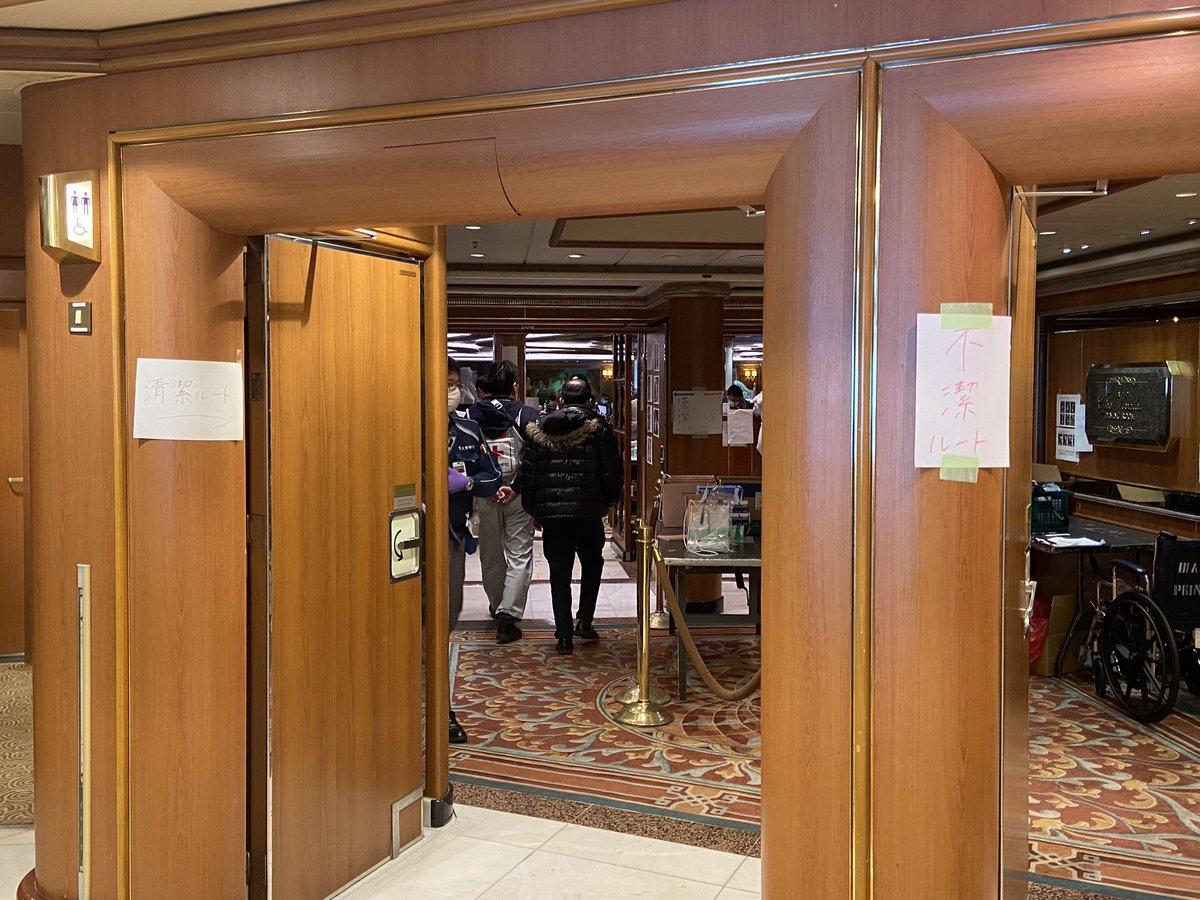 【画像】 橋本岳厚生労働副大臣、政府による完璧なゾーニングを披露!「こっちが清潔ルート!こっちが不潔ルート!」