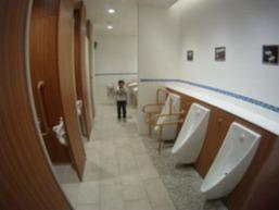 トイレで濡れたトイレットペーパーを隣の個室に投げ込んだ小2男児を引っ張りだしてビンタしたトラック運転手(43)を逮捕 鈴鹿市